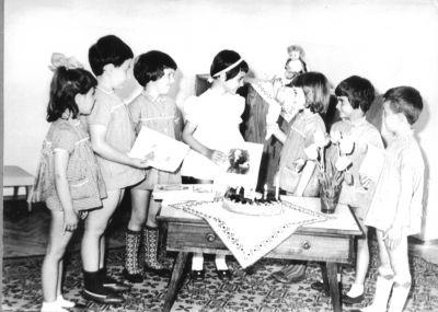 Петя на рождения си ден-получава поздравления от децата в градината - Къща музей Петя Дубарова - Бургас