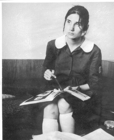 Петя с ученическа униформа - Къща музей Петя Дубарова - Бургас