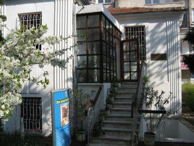 Стълбището към входа на къщата - Къща музей Петя Дубарова - Бургас