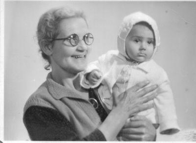 Петя на 4 месеца с баба си Елена - Къща музей Петя Дубарова - Бургас