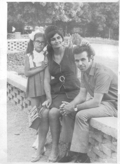 Петя на 10 години с родителите си - Къща музей Петя Дубарова - Бургас