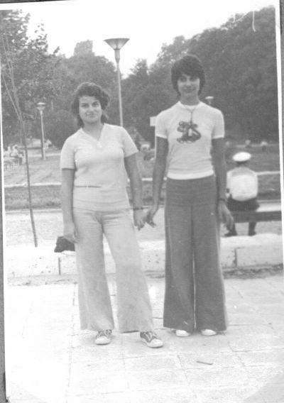 Петя на 14 години,с приятелката си Румяна в Борисовата градинка - Къща музей Петя Дубарова - Бургас