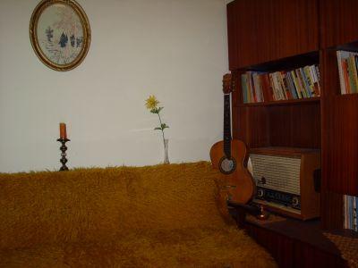 Личната стая на Петя Дубарова /автентично възпроизведена/.На нея се виждат китарата,радиото Сакта и библиотеката. - Къща музей Петя Дубарова - Бургас